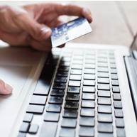 Homem segurando cartão de crédito, representando o pagamento do serviço de lavanderia online da aLavadeira.com